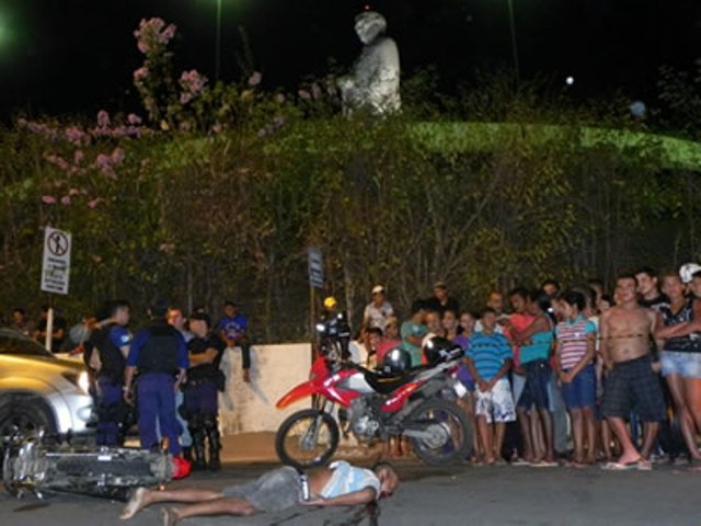 O jovem Cristiano Clementino morreu na noite de ontem em acidente com moto na Rua do Horto (Foto: Michel Dantas/Agência Miséria)