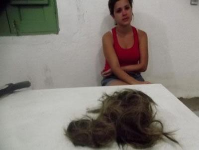 Maria Cristina levou os cabelos cortados para quartel da PM para denunciar o marido (Foto: Alagoasweb)