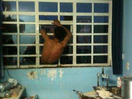 O morador de rua ficou entalado na grade da janela ao tentar roubar uma clínica odontológica (Foto: Divulgação)