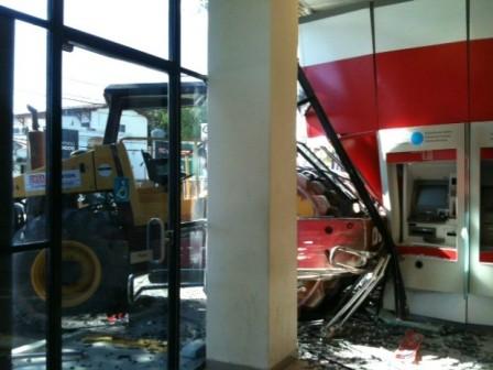 Rolo compressor quebrou grade de proteção e parede de vidro. (Foto: Gabriela Lisboa/TV Globo)