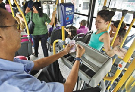 Nas ruas de Fortaleza, a população reclama do aumento, lembrando que a qualidade do transporte público ainda é insuficiente (FOTO: VIVIANE PINHEIRO/DIARIO DO NORDESTE)
