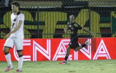Léo Salino comemora o seu primeiro gol, para delsolação de Pedro Ken (Foto: André Mourão/Ag. Estado)