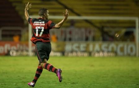 Rodolfo celebra o primeiro gol do Flamengo em Volta Redonda (Foto: Celso Pulpo / Ag. Estado)