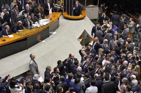 Depois de quase 24 horas de sessão, a Câmara dos Deputados finalizou a votação da Medida Provisória (MP) 595, a MP dos Portos, que estabelece novas regras para concessões, arrendamentos e autorizações para instalações portuárias, públicas e privadas (Foto: Wilson Dias/Agência Brasil)