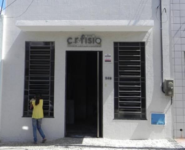 Clínica de fisioterapia pegou fogo na madrugada desta quinta-feira (Foto: Michel Dantas/Agência Miséria)
