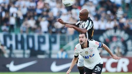 Marcos Assunção ganha no alto disputa com Danilo (Foto: Marcos Ribolli)
