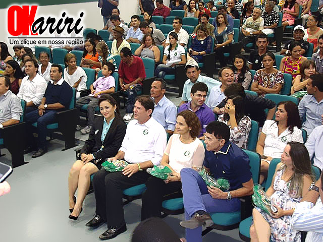 Governador no auditório da EEEP Irmã Ana Zélia da Fonseca antes da solenidade de inauguração; local sediará audiência (Foto: Wendell Fernandes/Agência OKariri)