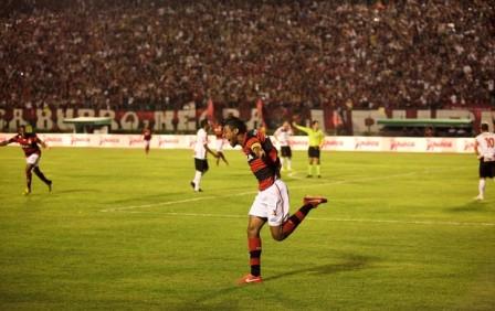 Léo Moura, autor do cruzamento que resultou no primeiro gol, celebra (Foto: Fernando Priamo/Ag. Estado)