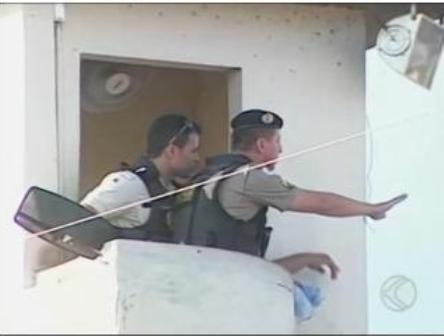 Agente penitenciário e bombeiros foram rendidos neste sábado (25). Presos reivindicam melhores condições nas instalações do local (Foto: Reprodução/TV Integração)