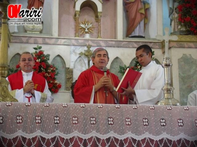 Bispo Dom Fernando durante celebração de Missa na Igreja Matriz de Nossa Senhora dos Milagres (Foto: Klébio Leite/Agência OKariri)