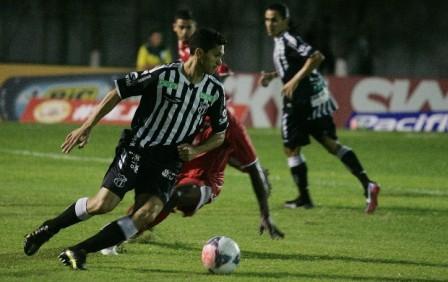 Magno Alves perdeu três gols de cara com o goleiro Leandro (Foto: Kid Júnior/Agência Diário)