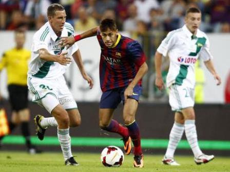 Neymar tenta passar por marcadores no final do amistoso entre Barcelona e Lechia Gdansk (Foto: Reuters)