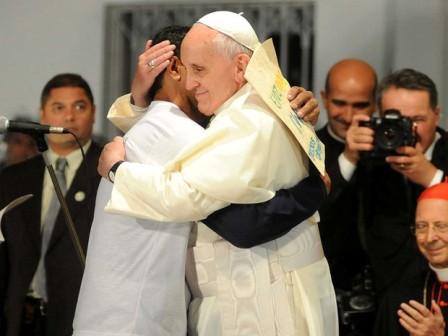 Francisco abraça ex-dependente químico durante visita ao hospital São Francisco (Foto: Alexandre Durão/G1)