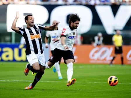 Alexandre Pato tenta jogada contra a defesa do Atlético-MG; atacante teve atuação apagada (Foto: Bruno Santos / Terra)