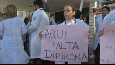 Eles protestam contra contratação de médicos estrangeiros sem o Revalida (Foto: Reprodução/TV Verdes Mares)