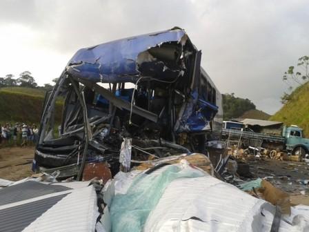 Ônibus da Viação Águia Branca se envolveu em acidente com carretas em Mimoso do Sul, no Espírito Santo. (Foto: Renata Mofatti/ VC no ESTV)