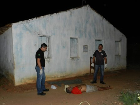 Aposentado foi encontrado sem vida perto de casa (Foto: Chinês/Agência Miséria)