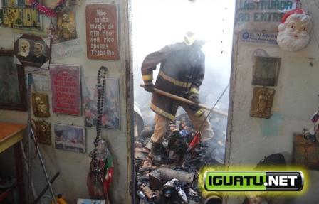 """O fogo destruiu todas as imagens que estavam no santuário do """"Valdemarzinho Rezador"""" (Foto: Alex Santana/Iguatu.Net)"""