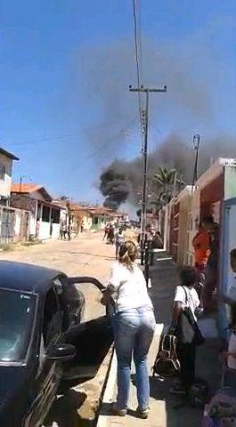 Madeireira fica em frente a um posto de combustíveis (Foto: Blog do Eliomar/O Povo)