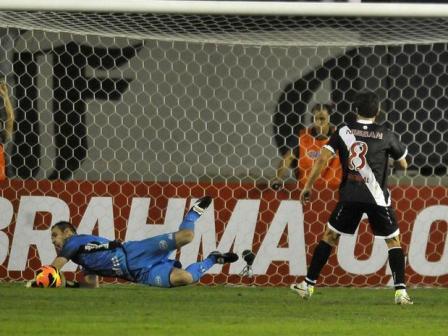 Com direito a pênalti desperdiçado por Juninho e defendido por Roberto, o Vasco cedeu empate para a Ponte Preta (Foto: Dhavid Normando / Futura Press)