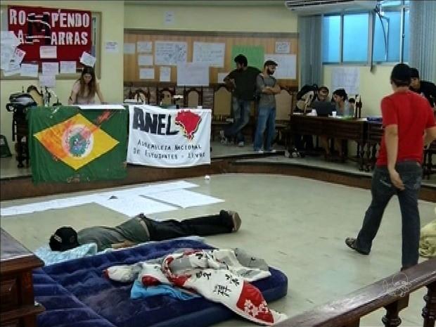Grupo dorme pelo dia seguido na Câmara de Juazeiro do Norte (Foto: TV Verdes Mares/Reprodução)
