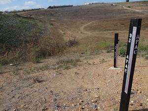 Marcadores da Apac mostram barragem completamente seca (Foto: Luna Markman / G1)