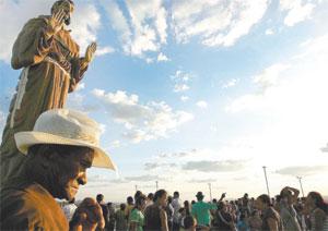 Romeiros provenientes de todas as partes do Nordeste lotam a cidade para comemorar, durante 10 dias, os festejos ao padroeiro (Foto: Thiago Gaspar/Diário do Nordeste)