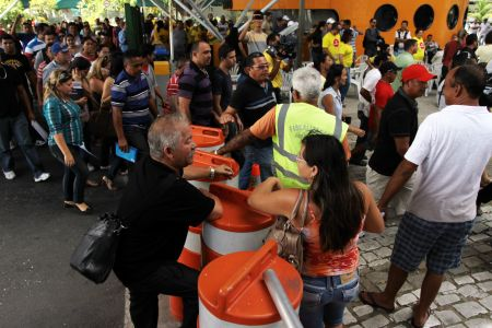 Os manifestantes bloquearam a entrada do Detran (Foto: Evilázio Bezerra/O POVO)