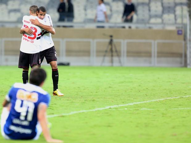 Com gols de Douglas e Reinaldo, o São Paulo surpreendeu o Cruzeiro no Mineirão e venceu por 2 a 1 (Foto: Cristiane Mattos / Futura Press)
