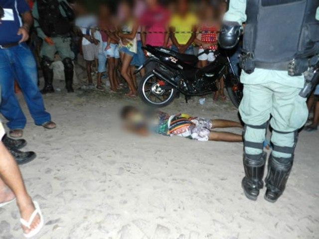 Ednaldo Gomes Monteiro, de 17 anos, apelidado por Pequeno, foi assassinado com vários tiros de revólver. (Foto: Chinês/Agência Miséria)