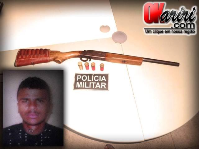 Damião Fabiano da Silva, 32 anos, foi preso com uma espingarda, calibre 12 (Foto: Agência OKariri/Klébio Leite)