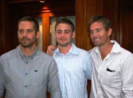 Paul Walker ao lado dos irmãos, Caleb e Cody. (Foto: Facebook / Reprodução)