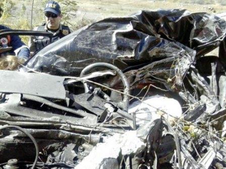 A caminhonete ficou totalmente destruída. Após a colisão com o caminhão, o veículo ainda caiu em um barranco. (Foto: VC Repórter/Diário do Nordeste)