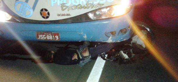 O motoriata do ônibus pemaneceu no local | foto:enviada pelo whatsapp