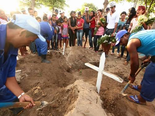 Irmãos assassinados em 2013 em Joaquim Gomes são enterrados em Maceió; o estado tem o maior índice de homicídios por habitantes do país (Foto: Jonathan Lins/G1)