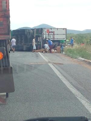Caminhão com carga de limpeza e higiene tomba na Br-116 em Icó e é saqueada (Foto: Richard Lopes)