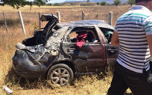O carro ficou completamente destruído, e o passageiro teria batido com a cabeça na lateral do automóvel   Foto enviada por leitor do Portal OKariri