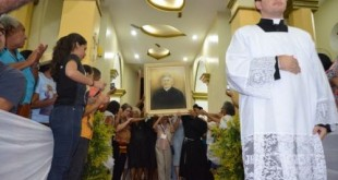 Pela primeira vez, imagem de Padre Cícero entra em igreja católica de Juazeiro do Norte