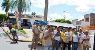 Os Agentes de Endemias iniciaram a paralização em frente a prefeitura | Foto: Agência OKariri