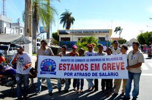 Os discursos na frente da prefeitura marcaram o inicio da greve dos Agentes de Endemias   Foto: OKariri