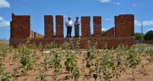 Dom Gilberto com o padre Sampaio visitando as construções da Capela Santo Expedito, em Porteiras. (Foto: Patrícia Silva/Diocese do Crato)