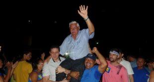 Raimundão chegou a ser carregado nos braços (Foto: Flávio Pinto)