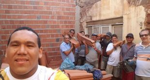 (Comunidade mobilizada para reformar a casa de seu Cícero. Foto: Reprodução)