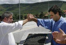 RICARDO STUCKERT/AG. BRASIL Image caption Lula e Aécio em foto de 2004, quando eram presidente e governador, respectivamente; hoje, um está condenado e o outro, denunciado pelo mesmo crime: corrupção passiva