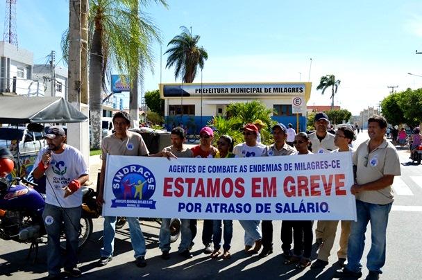 Os discursos na frente da prefeitura marcaram o inicio da greve dos Agentes de Endemias | Foto: OKariri