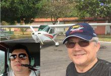 De boné e ao lado do avião, o piloto Tarcisio Tiburcio Frota Filho, o passageiro desaparecido foi identificado como Deive Ribeiro. Ele é genro do piloto | Foto: Arquivo Pessoal