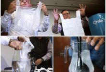 O produto que dissolve em minutos na água foi desenvolvido para reduzir a média de 1 trilhão de sacolas plásticas que são usadas por ano no mundo