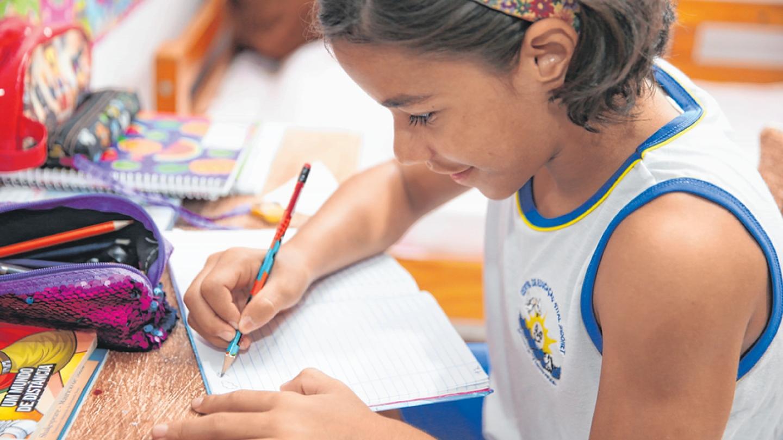 A estudante Raíssa Fernandes, de 10 anos, recebe apoio na escola FOTO: JOSÉ LEOMAR