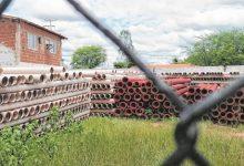 Canos que deveriam ter sido usados na obra estão empilhados FOTO: WANDENBERG BELÉM