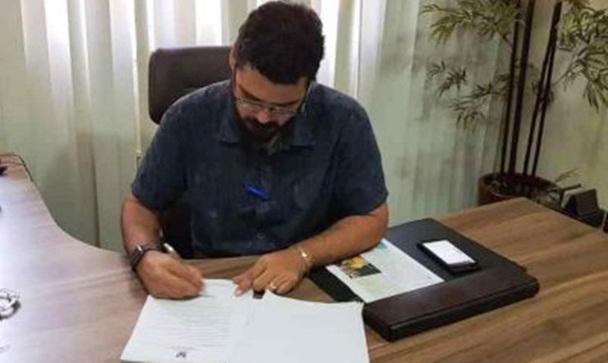 Prefeito Dr. Júnior Macedo assinando o decreto. FOTO: Reprodução/Dr. Heliosman